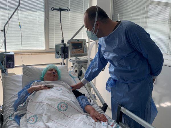 """Hemşire oğlunun ısrarına rağmen aşı olmayan Kovid-19 hastası """"aşı çağrısı"""" yaptı"""