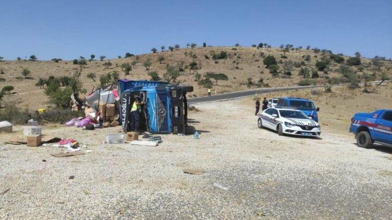 Konya'dan İzmir'e taşınan aileyi taşıyan kamyon devrildi: 7 yaralı