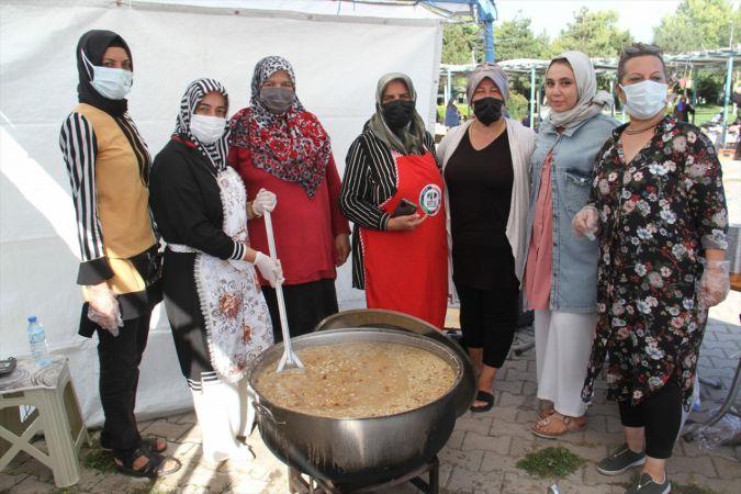 Beyşehir'de el emeği pazarında hanımlardan aşure ikramı