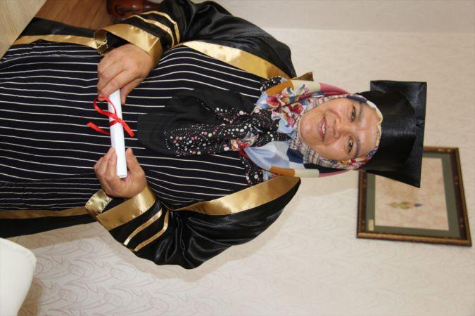 58 yaşında lise diploması aldı, mezuniyet sevincini cübbe giyip kep fırlatarak yaşadı