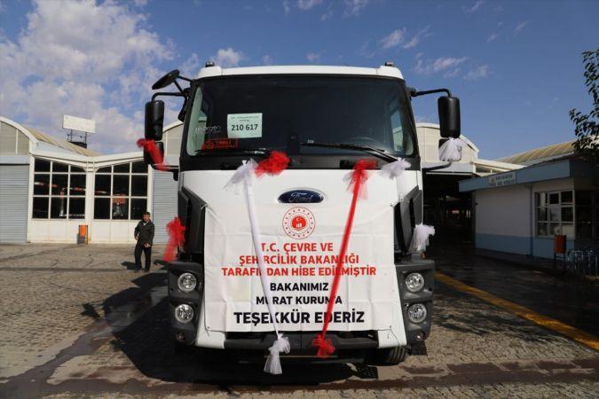 Çevre ve Şehircilik Bakanlığı Ilgın Belediyesi'ne çöp toplama aracı hibe etti