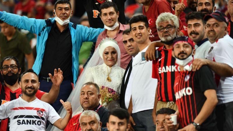 Gelin ile damat Antalya maçında