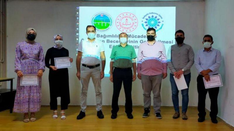 Nurdağı'nda bağımlılıkla mücadele eğitimi alan öğretmenlere katılım belgesi verildi