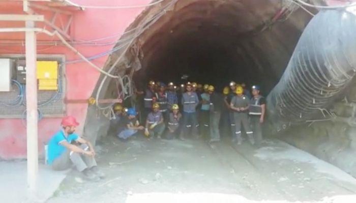 3 aydır maaşlarını alamayan maden işçileri, kendilerini ocağa kapattı