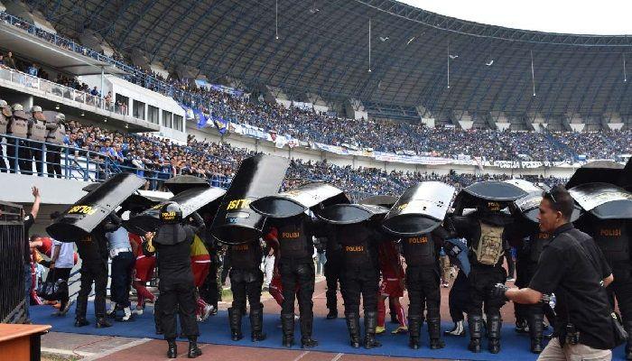 Endonezya'da yaşanan ölümler nedeniyle futbol ligi askıya alındı