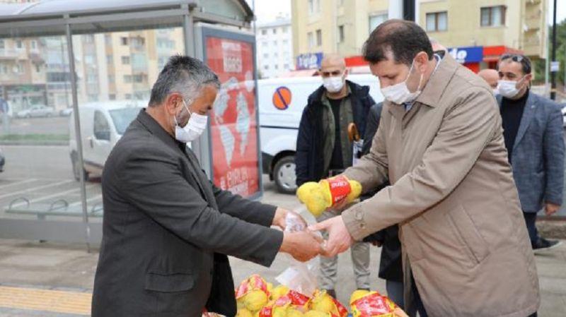Sivas Valisi takdir topladı: Kısıtlamayı ihlal eden satıcıyı, limonlarını satın alıp evine gönderdi