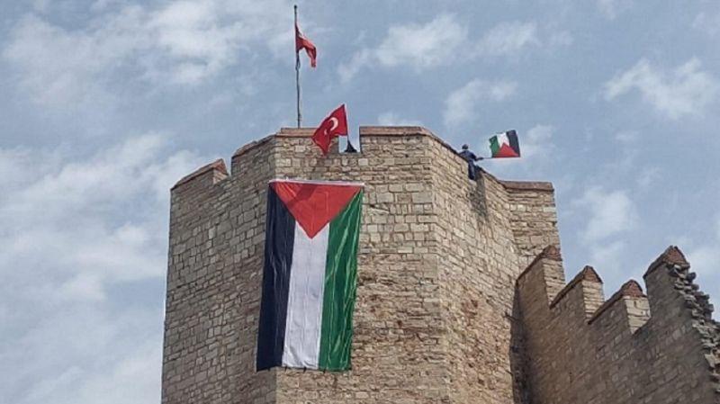 Kudüs Günü dolayısıyla İstanbul surları Filistin bayraklarıyla donatıldı