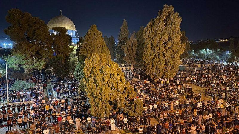 On Binlerce Filistinli Mescid-i Aksa Nöbetinde