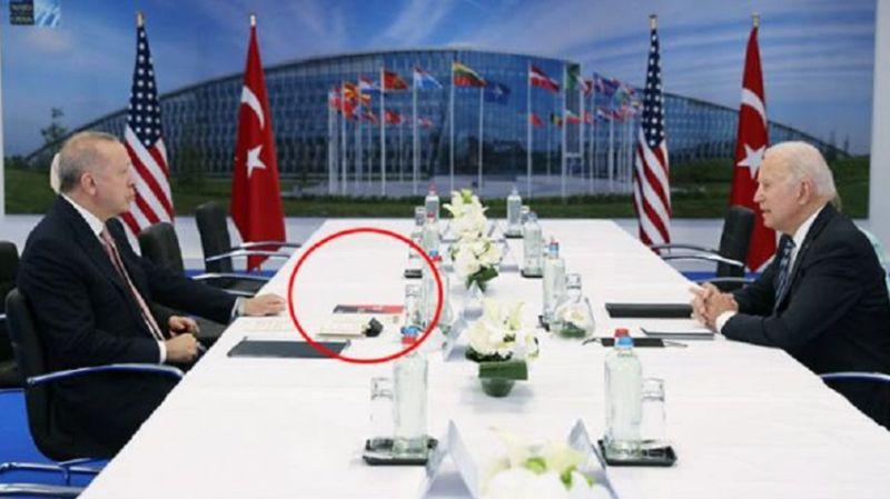 Erdoğan-Biden görüşmesinde masadaki kitap gündem oldu