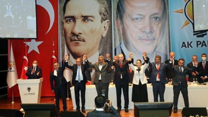 Erdoğan, HDP'li ve SP'li başkanlara Ak Parti rozeti taktı