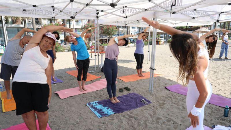 Halk plajı'nda yoga