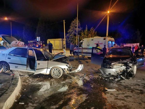 Sakarya'da İki Otomobil Çarpıştı! 4 Yaralı