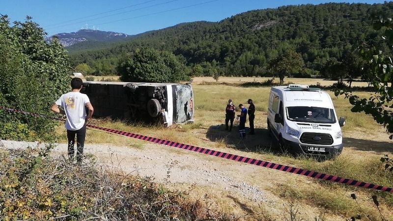 Kalp Krizi Yolda Yakaladı! Turist Taşıyan Sürücü Okul Servisine Çarptı! 49 Yaralı, 1 Ölü