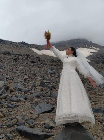 Gelinliğiyle Dağa Tırmandı: Dağla Evlendiğini Duyurdu!