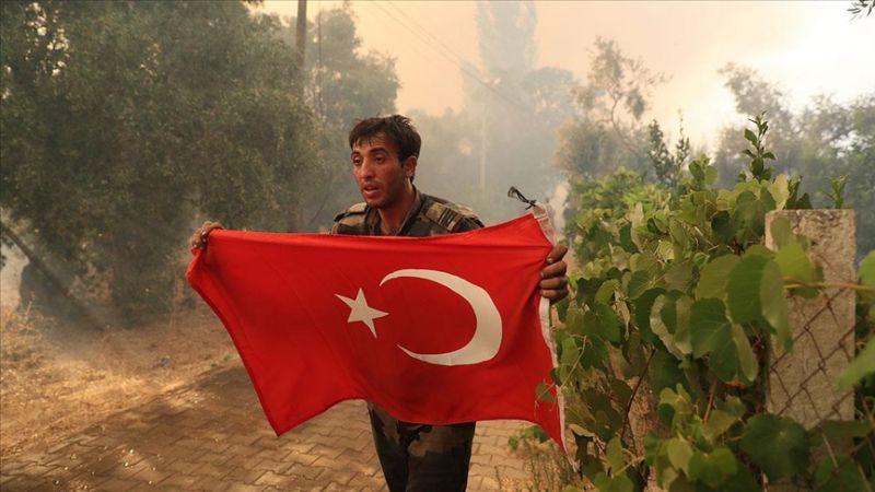 Azerbaycanlı itfaiyecilerin Türk bayrağı duyarlılığı! Bir an olsun elinden bırakmadı