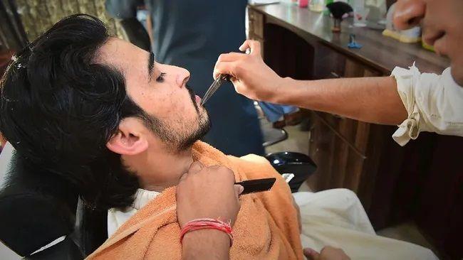 Taliban'dan berberlere sakal kesme yasağı!