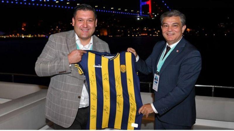 Aydın KAYA'dan, Atilla BENLİ'ye Futbolcuların İmzalarının Yer Aldığı Ankaragücü Forma Hediyesi!