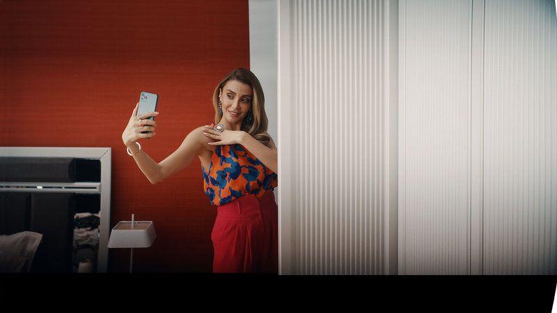Özge Ulusoy Yeni Reklam Filminde Selfie'lere doyamadı! - Sigorta Haber