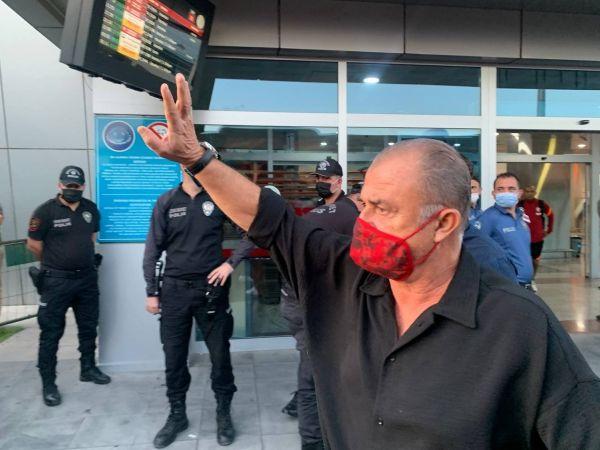 """Fatih Terim'in elini öpen taraftar: """"Hocam sakın takımı bırakmayın"""""""