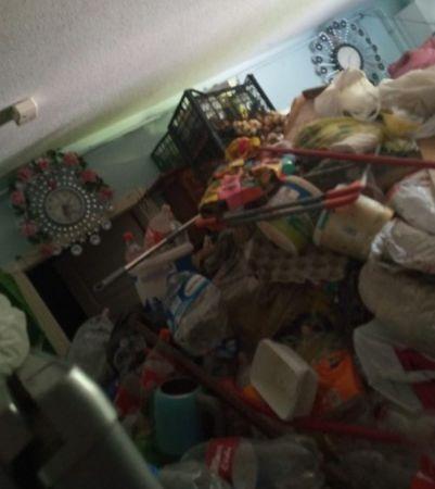60 yaşındaki kadının evinden 4 kamyon çöp çıktı