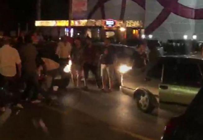 Cadde ortasında sopaları çıkardılar