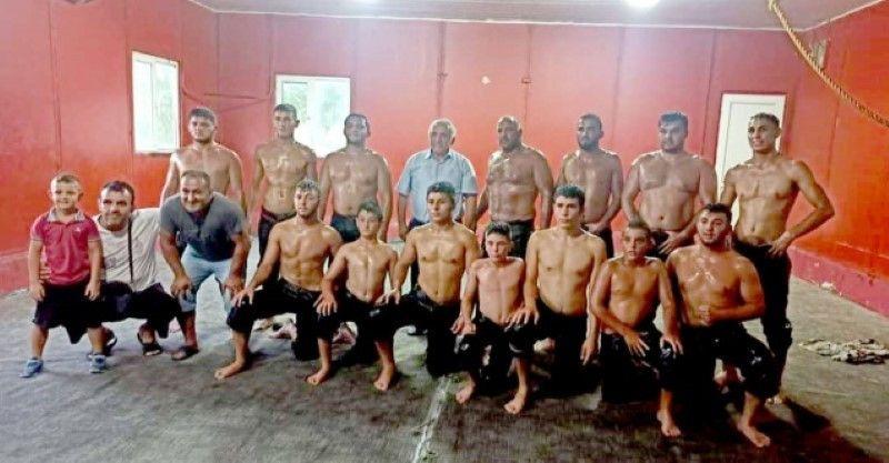 Ali İnci, Karapürçek'te yağlı güreş antrenmanlarına katıldı