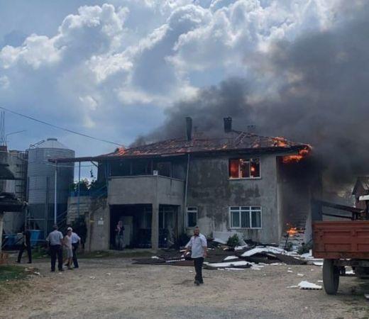 Çiftlik evi yangınında iki katlı ev kullanılamaz hale geldi