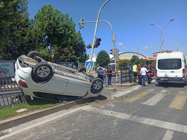 Adnan Menderes Caddesinde trafik ışıklarına çarpan otomobil takla attı: 1 yaralı