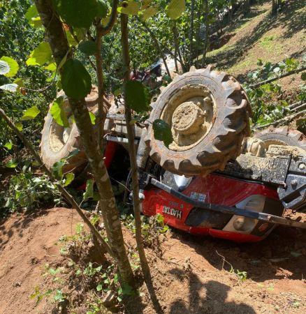 Rampadan yuvarlanan traktörün altında kalan sürücü ağır yaralandı