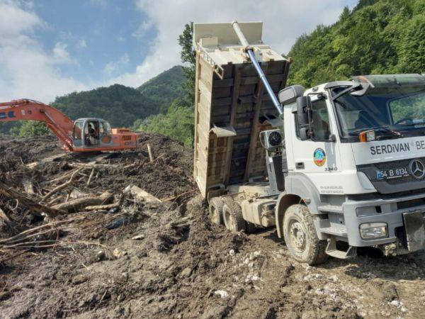Serdivan Belediyesi afet bölgelerinde çalışmaya devam ediyor