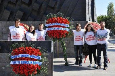 Atatürk Anıtına Anlamlı Çelenk: Cumhuriyet Devrimi Kazanacak