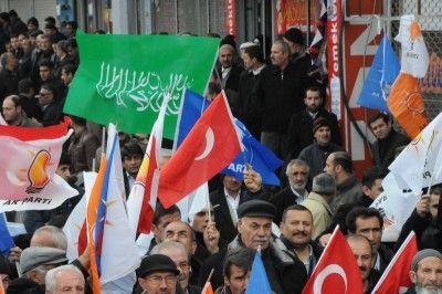 AKP'nin Van mitinginde Hizbullah bayrakları açıldı